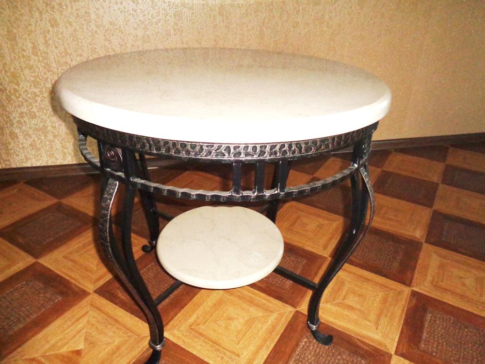 Кованый столик со столешницей из натурального мрамора бежевого цвета