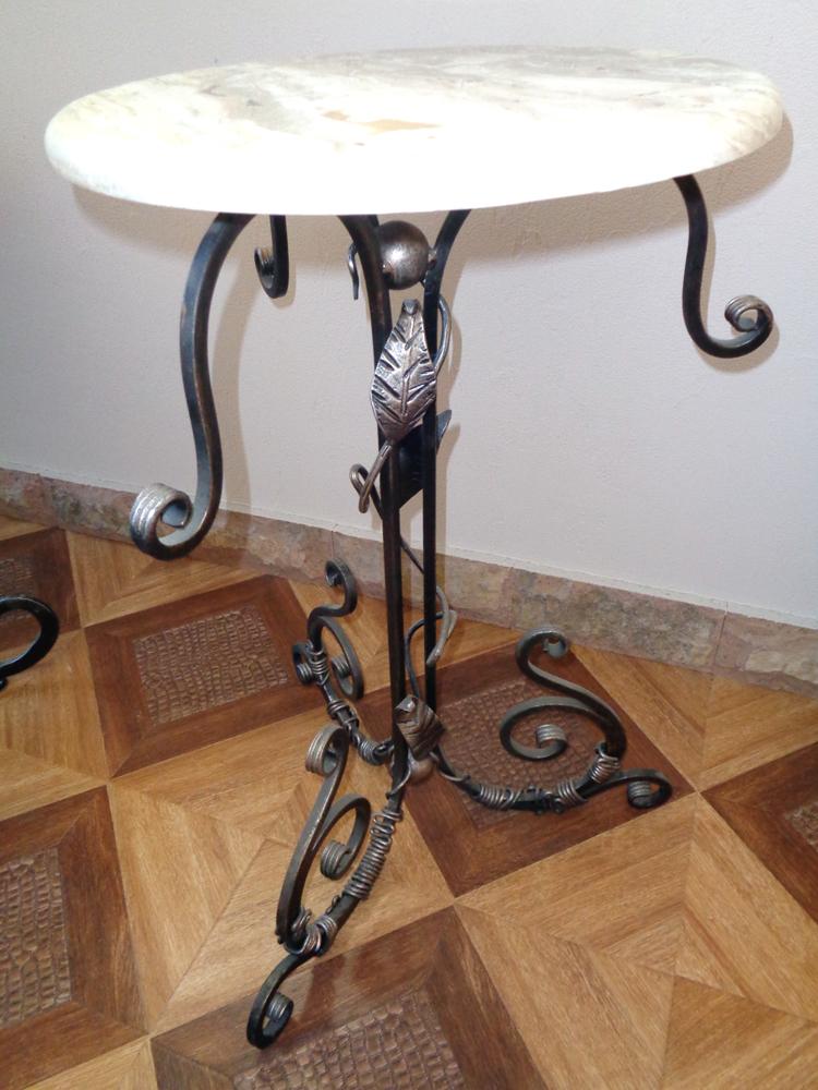 Чайный столик со столешницей из оникса