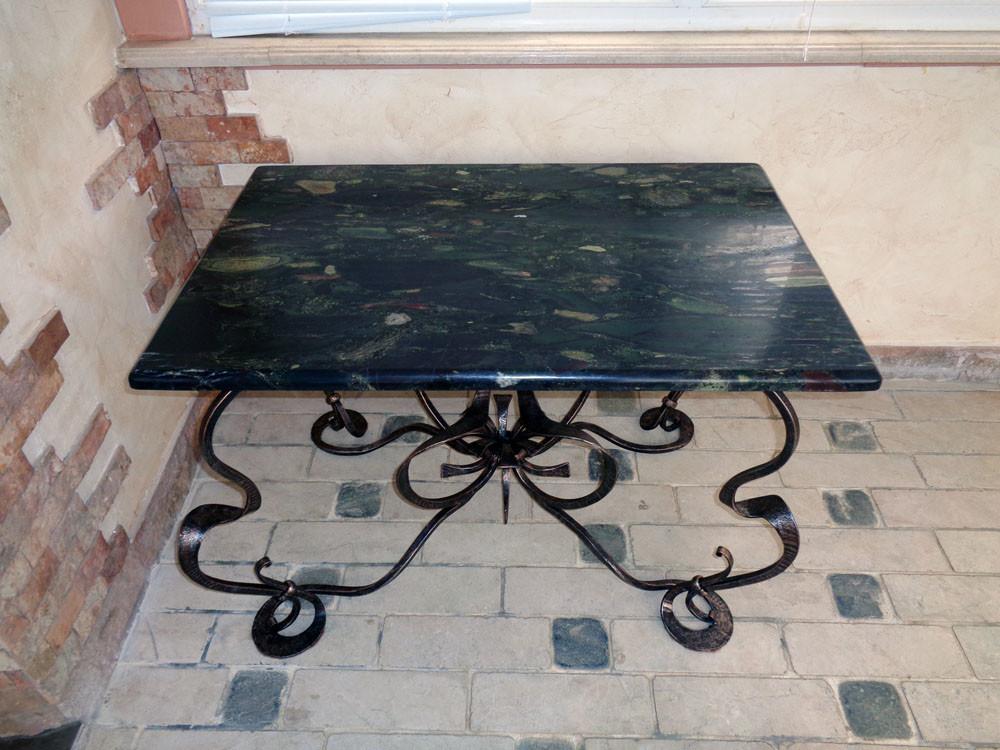 Кованый столик со столешницей из природного агломерата