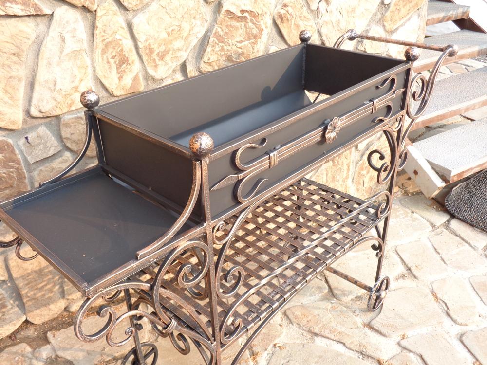 Кованый мангал на колесах