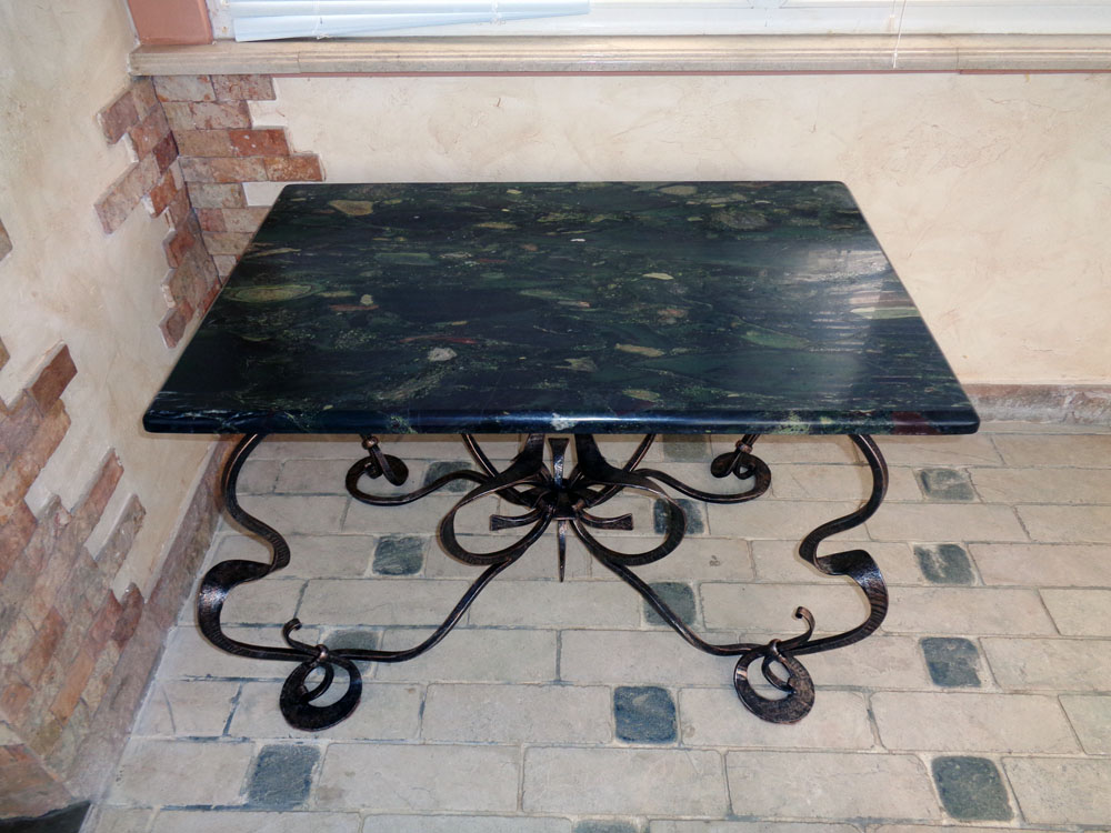Кованый стол для сада со столешницей из агломерата