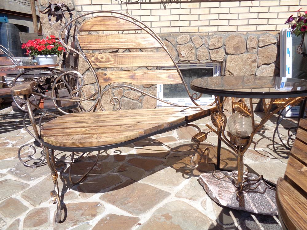 Кованая скамья со столом и фонарем